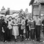 Коля Головчинер: Экспедиция. У школы в Ситне. Крайний справа, 1960г.