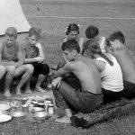Коля Головчинер: Завтрак на Плюссе. Коля первый в центре, 1960г.